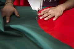 Młody krawczyny Md Rashed Alam, Starzeje się 28 robi Bangladeskich flaga państowowa przy Dhaka, Bangladesz Obraz Stock