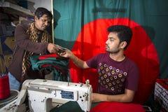 Młody krawczyny Md Rashed Alam, Starzeje się 28 robi Bangladeskich flaga państowowa przy Dhaka, Bangladesz Obraz Royalty Free