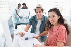 Młody kreatywnie drużynowy działanie przy biurkiem Obrazy Stock