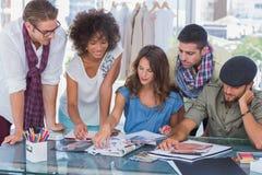 Młody kreatywnie drużynowy działanie wpólnie Obrazy Stock