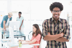 Młody kreatywnie mężczyzna ono uśmiecha się przy kamerą Obrazy Stock