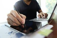 Młody kreatywnie projektanta mężczyzna pracuje przy biurem Zdjęcia Stock