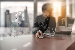 Młody kreatywnie projektanta mężczyzna pracuje przy biurem z komputerem Zdjęcie Stock
