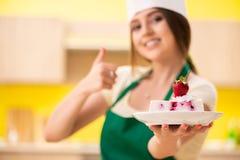 Młody kucbarski kucharstwo zasycha w kuchni zdjęcia royalty free