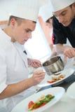 Młody kulinarny szefa kuchni narządzania naczynie Zdjęcie Royalty Free