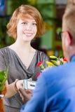 Młody kwiatu sklepu klient używa Elektronicznego talon zdjęcie royalty free