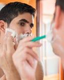 Młody latynoski mężczyzna golenie Fotografia Royalty Free