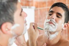 Młody latynoski mężczyzna golenie Obrazy Stock