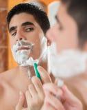 Młody latynoski mężczyzna golenie Zdjęcie Royalty Free