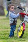 Młody Little Boy z rowerem Zdjęcia Royalty Free
