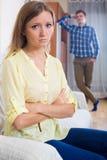 Młody mąż wini dziewczyny podczas kłócić się Obrazy Stock