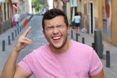 Młody męski śmiający się naprawdę ciężkiego outdoors zdjęcia royalty free