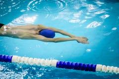 Młody męski atlety dopłynięcie pod wodą Obraz Stock