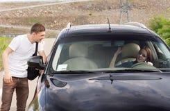 Młody męski autostopowicz patrzeje dla dźwignięcia Obraz Stock