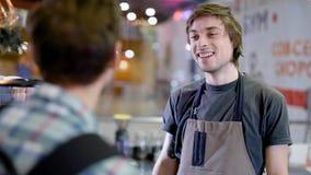 Młody męski barman słucha rozkaz gościa mężczyzna w barze wygodna restauracja w dniu zdjęcie wideo