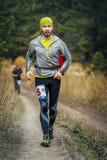 Młody męski biegacza bieg przez lasowej drogi zdjęcia royalty free