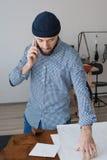 Młody męski biznesmen opowiada na smartphone Zdjęcia Stock
