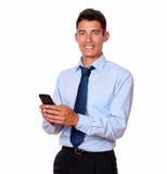 Młody męski biznesmen texting na jego telefonie komórkowym Zdjęcie Stock