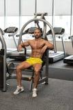 Młody Męski Bodybuilder Odpoczywa Między treningami W Gym Obraz Stock