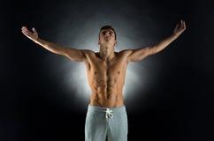 Młody męski bodybuilder z nastroszonymi rękami Obraz Stock