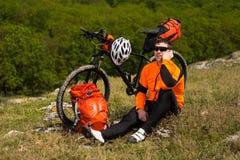 Młody Męski cyklista Opowiada Na telefonie komórkowym Zdjęcie Stock