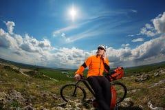 Młody Męski cyklista Opowiada Na telefonie komórkowym Zdjęcie Royalty Free