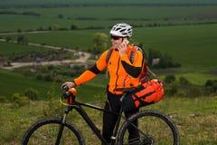 Młody Męski cyklista Opowiada Na telefonie komórkowym Fotografia Royalty Free