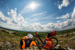 Młody Męski cyklista Opowiada Na telefonie komórkowym Obrazy Royalty Free