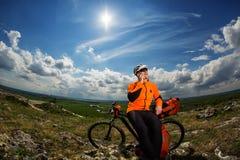 Młody Męski cyklista Opowiada Na telefonie komórkowym Fotografia Stock