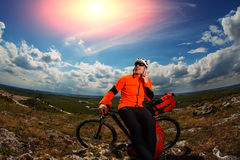 Młody Męski cyklista Opowiada Na telefonie komórkowym Obraz Stock