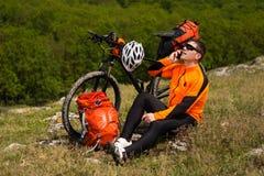 Młody Męski cyklista Opowiada Na telefonie komórkowym Zdjęcia Royalty Free