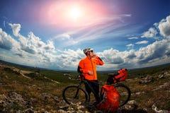 Młody Męski cyklista Opowiada Na telefonie komórkowym Zdjęcia Stock