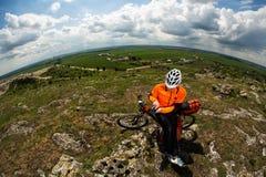 Młody Męski cyklista Opowiada Na telefonie komórkowym Obraz Royalty Free