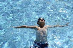 Młody męski dziecko cieszy się pływanie Zdjęcie Stock
