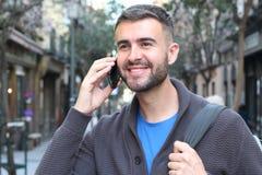 Młody męski dzwonić w ulicie z kopii przestrzenią zdjęcia stock