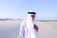 Młody męski emirat raduje się w życiu i chodzi przez rozległość o Fotografia Stock