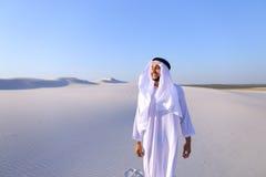 Młody męski emirat raduje się w życiu i chodzi przez rozległość o Zdjęcie Stock