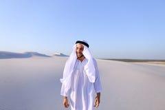 Młody męski emirat raduje się w życiu i chodzi przez rozległość o Obrazy Stock