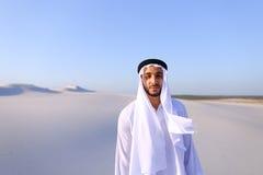 Młody męski emirat raduje się w życiu i chodzi przez rozległość o Obraz Stock