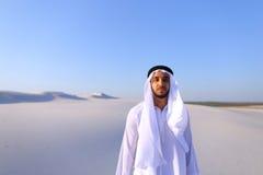 Młody męski emirat raduje się w życiu i chodzi przez rozległość o Fotografia Royalty Free
