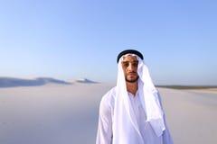Młody męski emirat raduje się w życiu i chodzi przez rozległość o Zdjęcie Royalty Free
