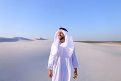 Młody męski emirat raduje się w życiu i chodzi przez rozległość o Obraz Royalty Free
