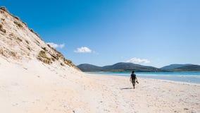 Młody męski fotograf z dreadlocks przy pogodną białą piasek plażą z wysokimi piasek diunami, Luskentyre, wyspa Harris, Hebrides,  zdjęcia stock