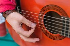 Młody męski gitarzysta tworzy piosenkę na gitarze zdjęcie royalty free