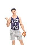 Młody męski gracz baseballa trzyma piłkę Obraz Stock