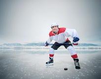 Młody męski gracz w hokeja ono uśmiecha się w kamerę na lodzie Obrazy Royalty Free