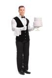 Młody męski kelner trzyma tort Zdjęcia Stock