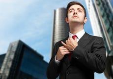 Młody męski kierownik przystosowywa jego krawat Zdjęcie Royalty Free
