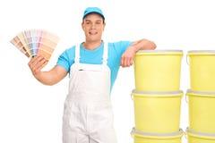 Młody męski malarz trzyma koloru swatch Obrazy Stock