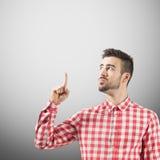 Młody męski mieć pomysł z palcem wskazującym wskazuje w górę pojęcia Fotografia Stock
